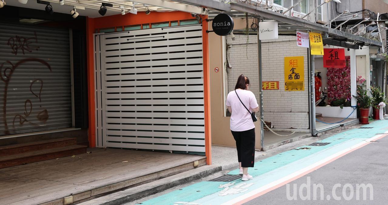 新冠肺炎疫情延燒,政院今天討論紓困方案,但大台北街頭已有許多商家店面都拉下鐵門因應疫情暫時停業,有的商家也提早退租減少損失。記者潘俊宏/攝影