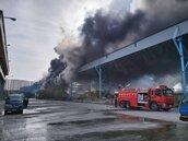 台中火力發電廠運煤皮帶失火烈焰衝天 消防趕往灌救