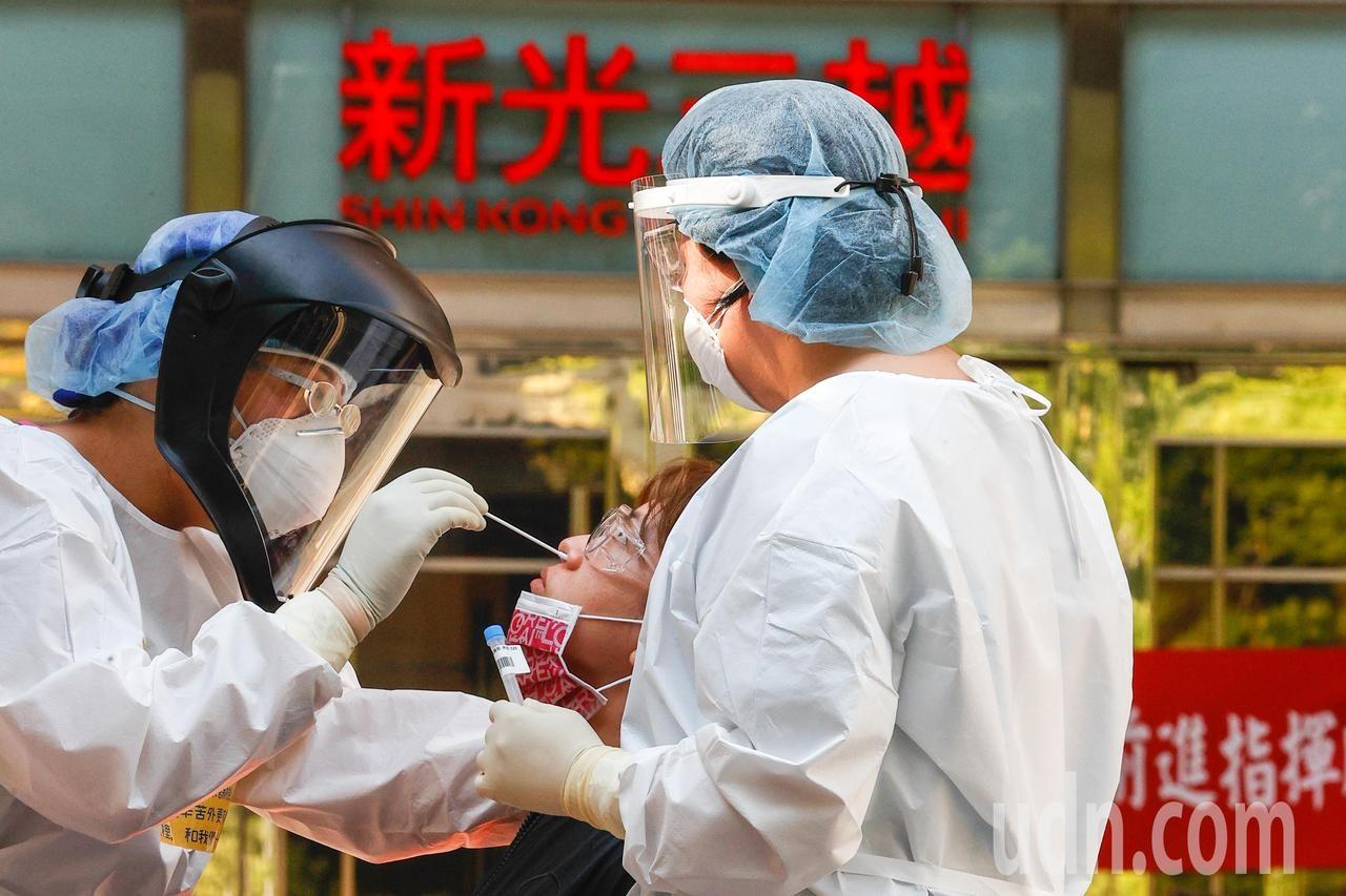 百貨龍頭新光三越台北站前與台中中港店都有櫃姐感染新冠肺炎。記者黃仲裕/攝影
