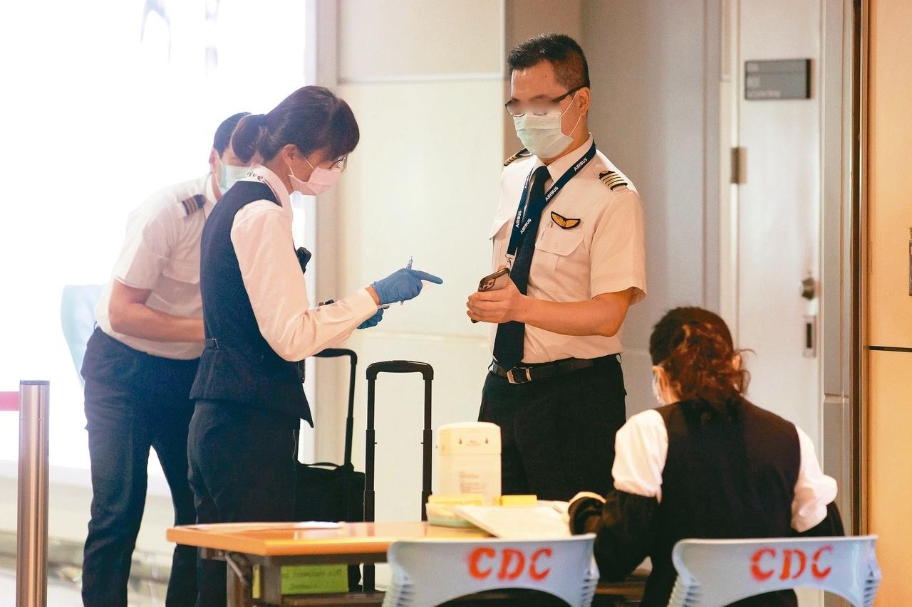 機組員檢疫期限將加嚴,七月後未施打疫苗或第一劑未滿兩周,檢疫天數將為「七加七」。記者季相儒/攝影