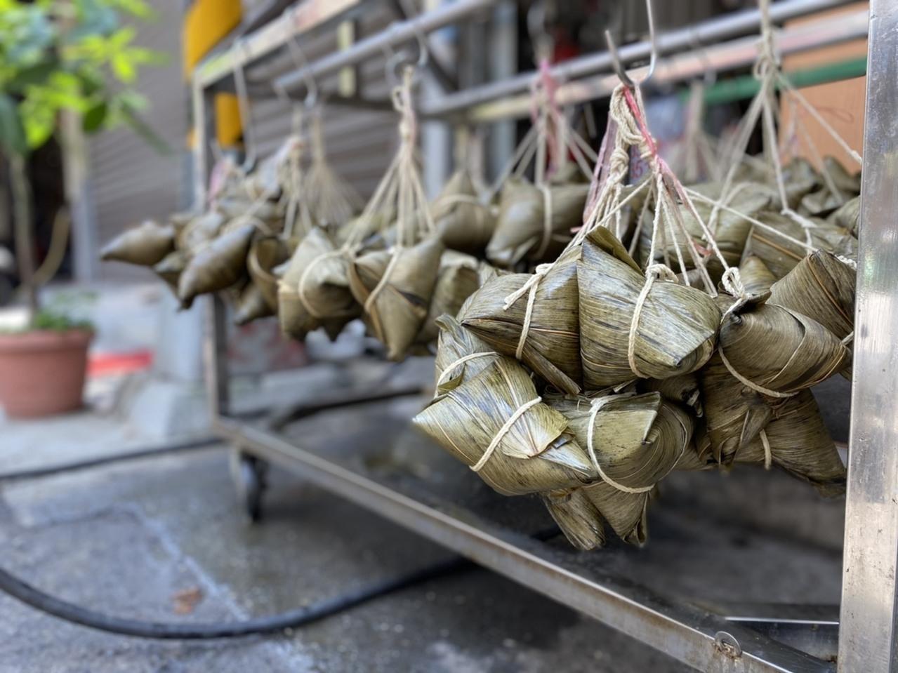 高雄市場內不少肉粽攤提前一周以上備料,端午連假期間,都全數售完。記者陳弘逸/攝影