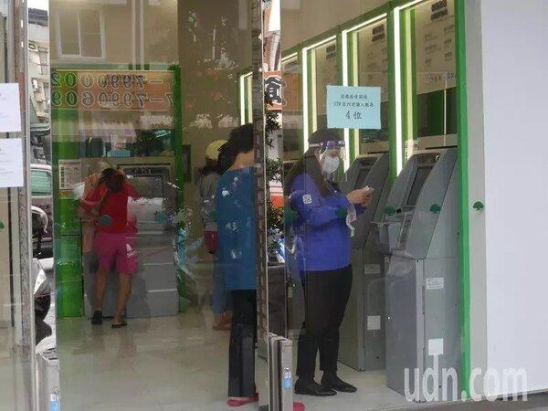 多數家長採取線上作業,實際到銀行ATM的家長不多,無須等待。記者徐白櫻/攝影