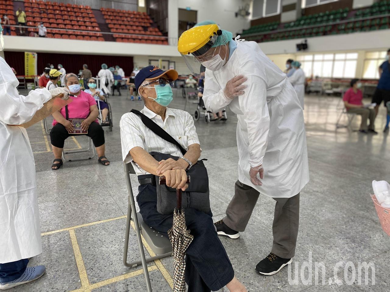 岡山農工今天上、下午場次,預定接種600名長輩。記者陳弘逸/攝影
