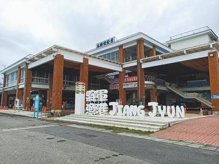 台南市將軍漁港直銷中心自疫情爆發後,幾乎不見遊客前往採買。(張毓翎攝)