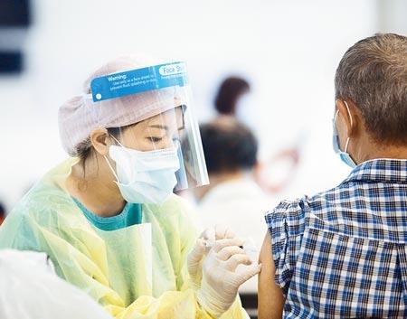 食藥署昨證實,高端疫苗有重要技術性資料待補齊,7月底才會進行EUA審查,亦即首支國產疫苗上市時間恐將延宕,短時間內尚需仰賴國外供貨,圖為民眾施打AZ疫苗。(陳怡誠攝)