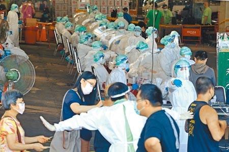 台北環南市場爆出41人確診,在中央緊急協調下,台北榮總3日進駐北農第一果菜批發市場,在拍賣場展開大規模篩檢。(張鎧乙攝)