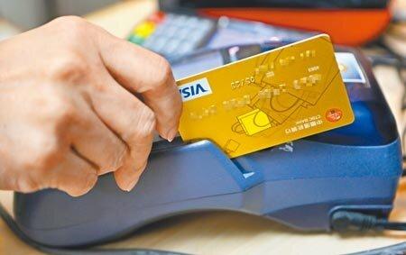 信用卡分級制,就是要持卡人多刷一點。圖為刷卡示意圖,圖中信用卡與新聞無關。(本報資料照片)
