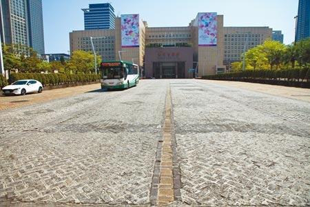 有民眾開車經過台北市政府前的新仁愛路,因地面車道分向標示不清,誤闖入對向車道。(張立勳攝)