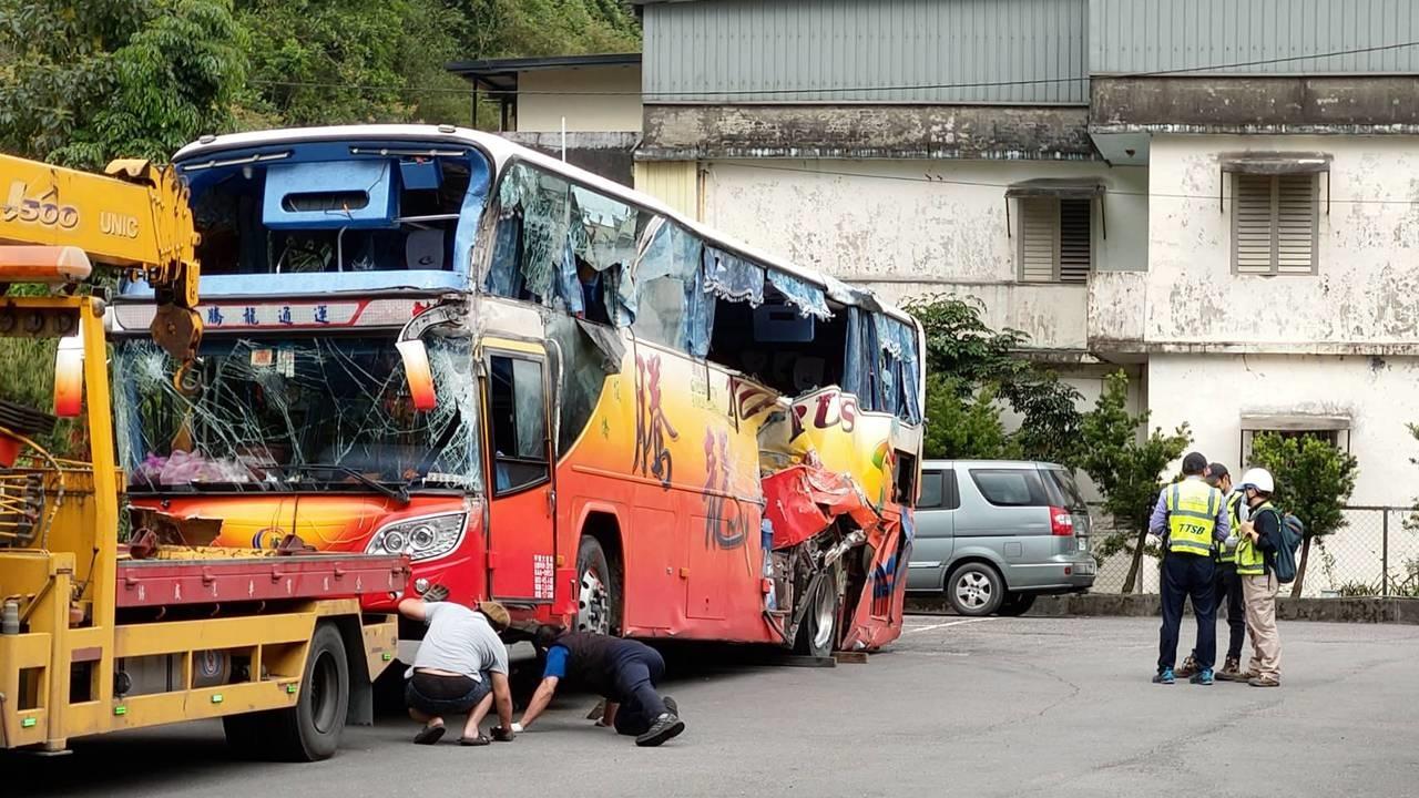 新北市騰龍通運公司的遊覽車在蘇花公路自撞山壁,釀成乘客6死、39傷。圖/聯合資料照