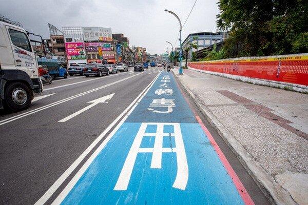桃園萬壽路增設多項標線及道路規劃,保障民眾行的安全。圖為機車左轉專用道。圖/桃園市政府提供