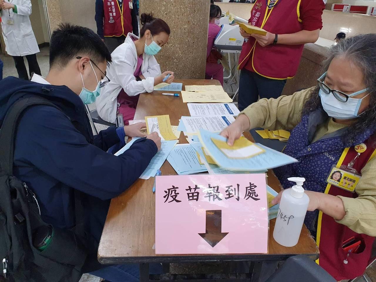 AZ疫苗前天單日接種人數2577人,創開打以來新高。聯合報資料照片 記者楊雅棠/攝影