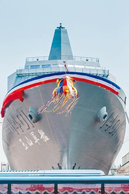海軍「新型兩棲船塢運輸艦」13日在台船公司高雄港區舉行下水典禮,並以台灣最高峰為意象,命名「玉山艦(YU SHAN)」。而海軍新一代兵力相繼成軍,左營軍港船席不敷使用,但規畫的擴建工程,預算追加3次,計畫延後15年,朝野立委相當關注。海軍指出,海軍規畫辦理第二港口擴建工程,相關阻礙已排除,預算約404億餘元,後續工程區分3標執行,期程延長至2032年完成。(郭吉銓攝)