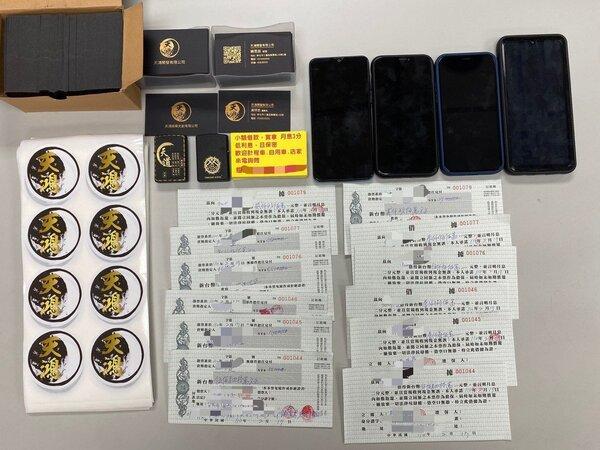 警方查獲吳等人手機、天道盟名片、旗幟、本票、借據等物證。記者蔡翼謙/翻攝