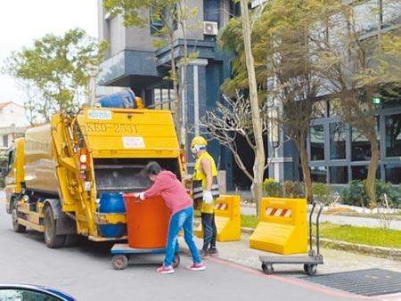 桃園人均垃圾量居六都之冠,環保局強調是各縣市基準點不同,雙北大樓垃圾多委外,但桃園市秉持服務市民立場,社區大樓、機關等都由清潔隊協助清運。(蔡依珍攝)