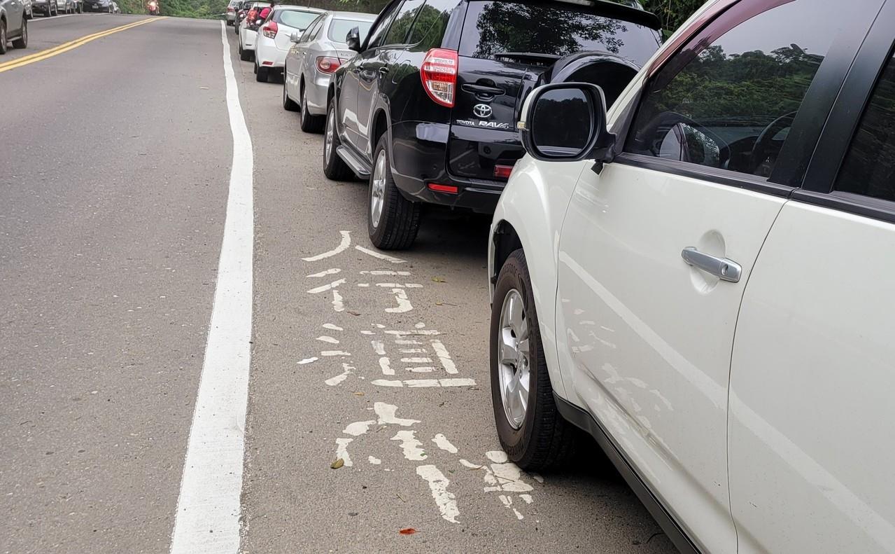 有些縣市的標線型人行道,平時停滿整排汽車,有如停車場。記者游明煌/攝影
