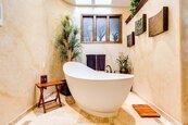 房地產名人曝節省哲學:6個家人用同一缸洗澡水