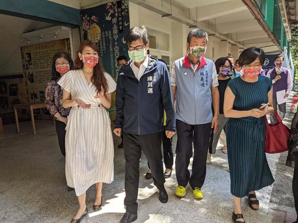 高雄市長陳其邁(左二)昨天出席美濃社區公共托育家園揭牌。記者陳弘逸/攝影