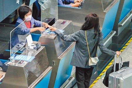美國將自11月初,要求入境的外國旅客提供完整接種疫苗證明,但台灣接種2劑疫苗覆蓋率低,引起討論。圖為桃園機場出境旅客。圖/陳麒全攝影