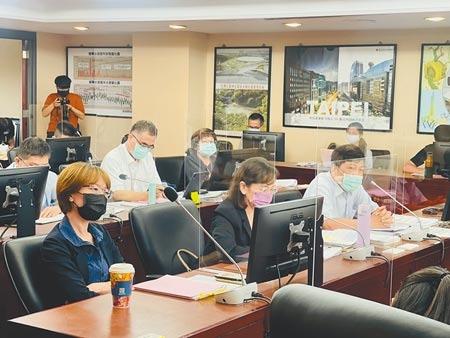 台北市長柯文哲喊出,北市府要編列28億元「預防性預算」採購第3劑疫苗,主計處長鄭瑞成(右一)23日備詢打臉「沒這個詞」。(張穎齊攝)