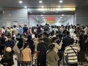 國慶焰火散場鹽埕埔站擠爆 高捷、輕軌平均等半小時擠上車