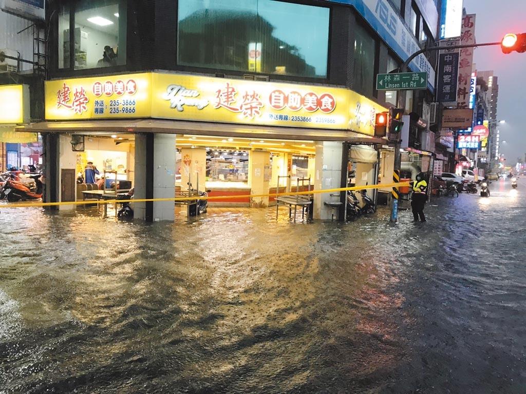 高市新興區八德和林森路因雷雨交加,淹水至小腿肚。(讀者提供/石秀華高雄傳真)