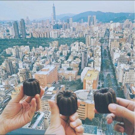 周杰倫住在「和平大苑」38樓頂樓戶,過去還邀請五月天阿信及怪獸來家作客,自稱是「可麗露三結義」。圖/截自五月天阿信instagram