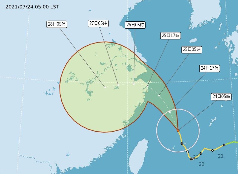 凌晨5時中央氣象局路徑潛勢預測圖顯示,中颱烟花持續朝北北西前進,今晚有望脫離海上警報的警戒範圍。圖/取自氣象局網站