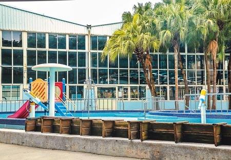 疫情趨緩,中央防疫指揮中心23日表示,27日起將調降疫情警戒標準至第二級,公祭、普渡等將開放,不過游泳池無論室內或室外池依舊不對外開放。市立三民公園戶外泳池水已放乾,園區內一片冷清。(粘耿豪攝)