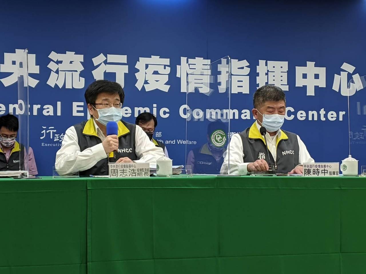 陳時中(右)表示,未來台灣是否有機會開放莫德納給18歲以下族群施打,對於疫苗適應症等改變,會跟食藥署一起辦理,廠商要提出相關研究與資料,才能作為決策依據。記者謝承恩/攝影