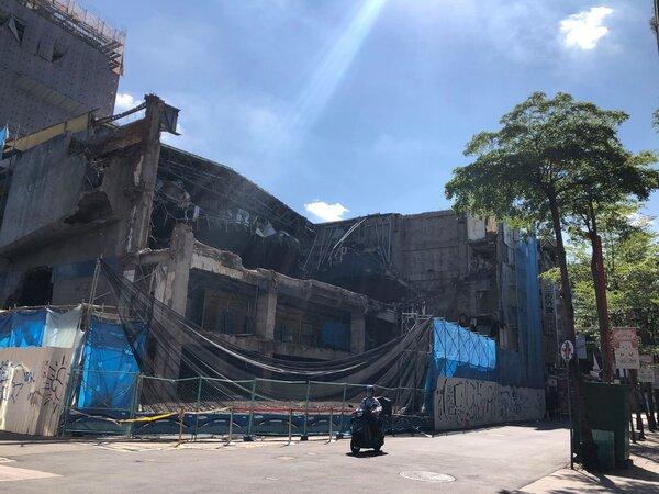 2021年7月5日上午8時3刻,拆除中的西門町日新戲院(張哲生拍攝)