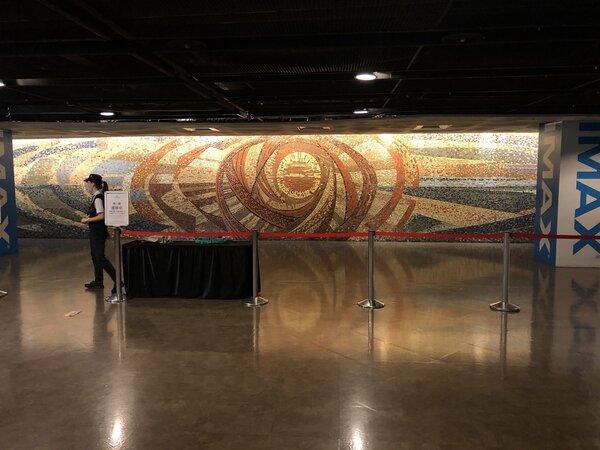 2020年9月7日,日新戲院二樓的顏水龍創作之馬賽克壁畫「旭日東昇」。(張哲生拍攝)