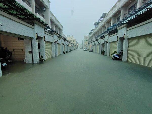 高雄茄萣區金鑾路89巷出現淹水情況。圖/取自臉書社團《我是茄萣人》