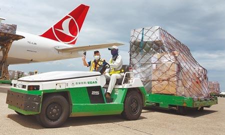 立陶宛捐贈台灣的2萬劑AZ疫苗,昨日上午運抵桃園機場,海關人員在機邊驗放後,負責載運裝有疫苗貨盤的地勤人員,開心地舉手比讚,隨即將疫苗送往醫藥物流冷鏈倉儲存放。(范揚光攝)