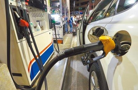 由於國際原油高檔,中油明天將再度調漲汽油價格每公升0.3元。圖/中時資料照