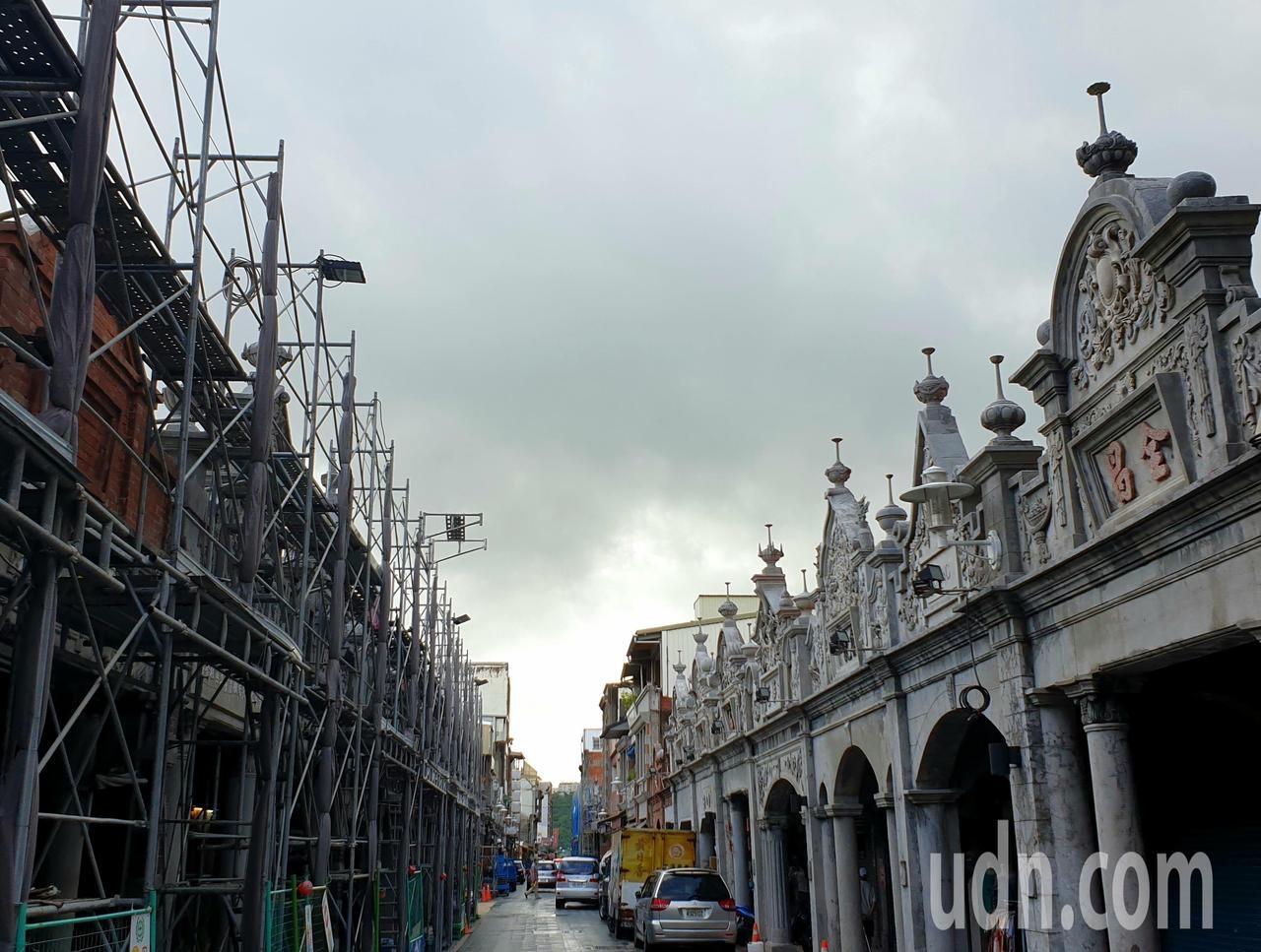 文化局表示和平老街中段的鷹架近日會拆除。記者鄭國樑/攝影