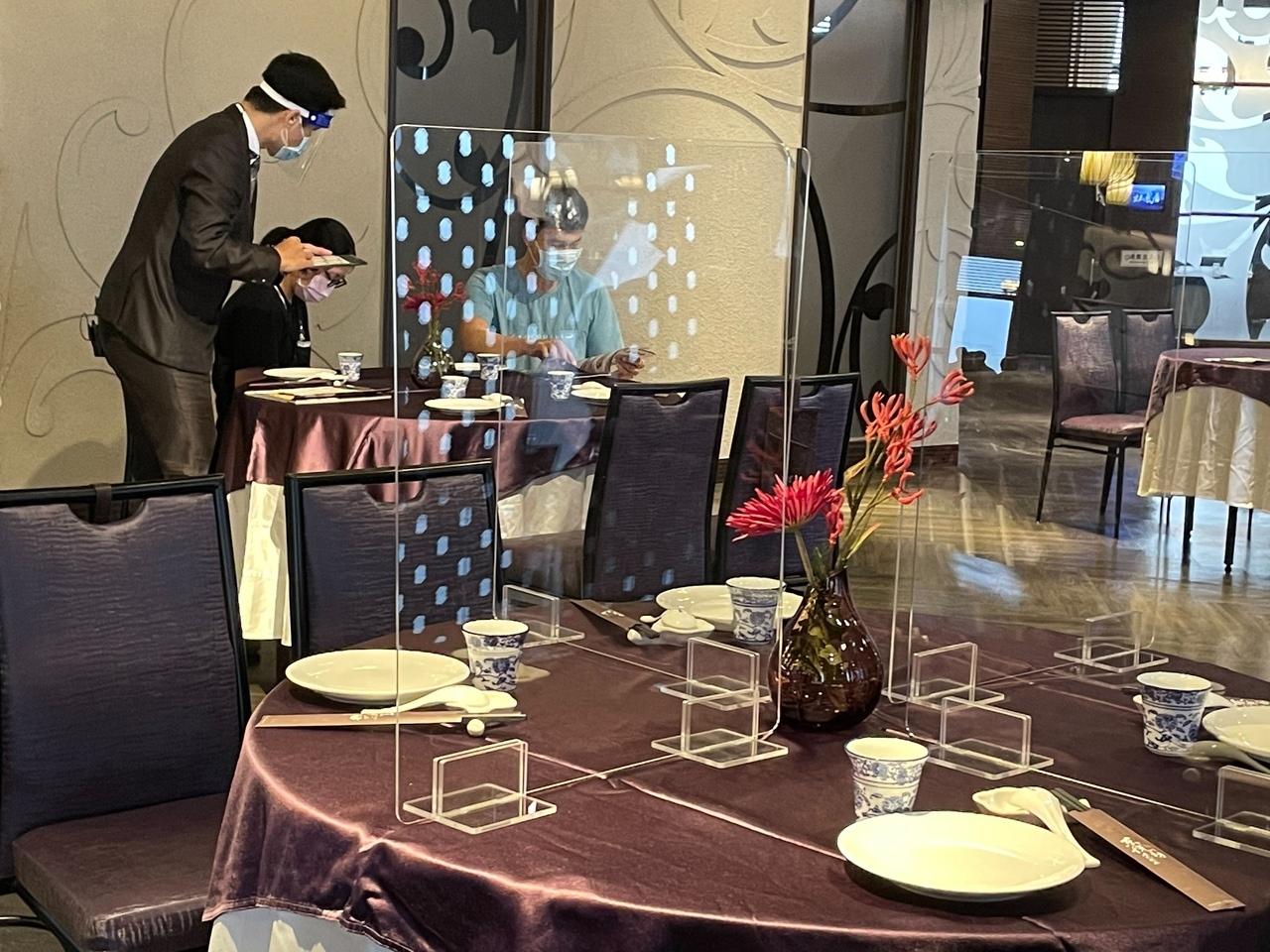 高雄富野渡假酒店在防疫降級後為新人舉辦首攤文訂婚宴,一桌5人,以隔板隔開用餐空間。記者徐如宜/攝影