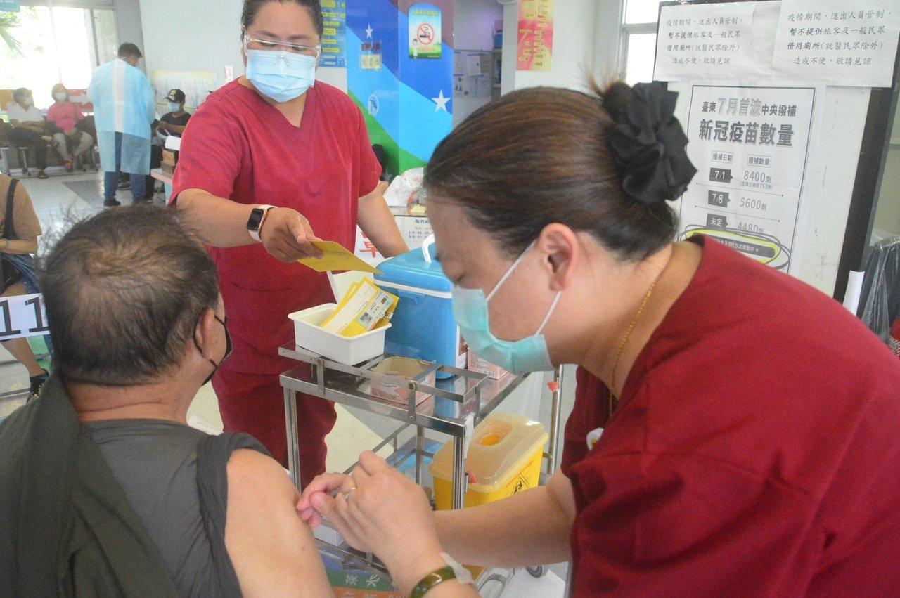 台東縣府向中央申請莫德納疫苗未獲核撥,反而未申請的台北、高雄、台中和屏東獲得疫苗,縣府非常困惑。圖/聯合報資料照片