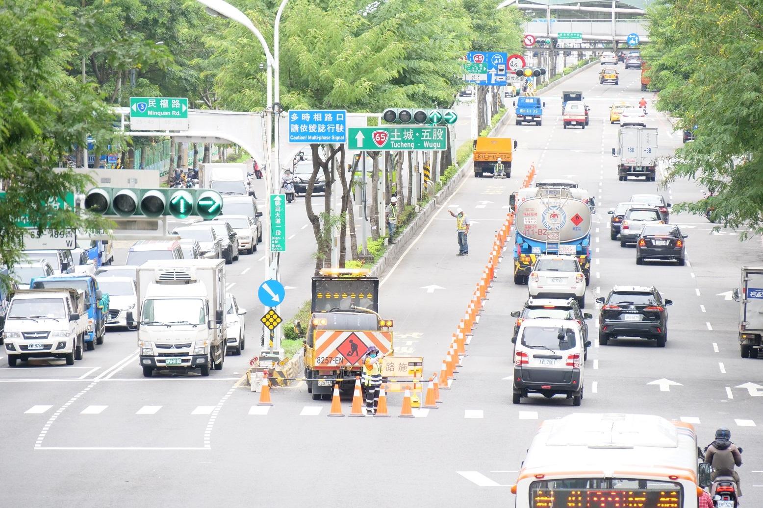 板橋縣民大道往台65線方向內側1線車道將施工封路,進行交通管制。圖/新北市政府提供