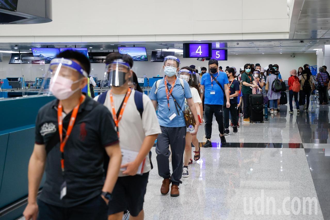 圖為在機場排隊等候PCR採檢的民眾。本報資料照片,記者鄭超文/攝影