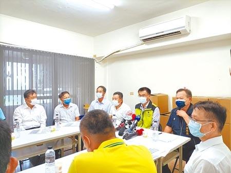 農委會主委陳吉仲29日到台中市養豬協會與豬農座談,呼籲大家要團結一致。圖/記者陳淑娥攝影