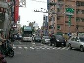南市站牌多未設停靠格 公車被迫臨停快車道