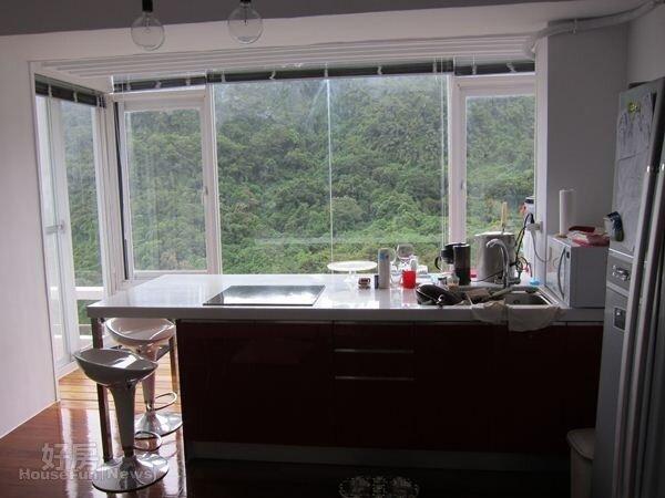 2.餐廳設置了小吧檯,落地窗山景盡收眼底。