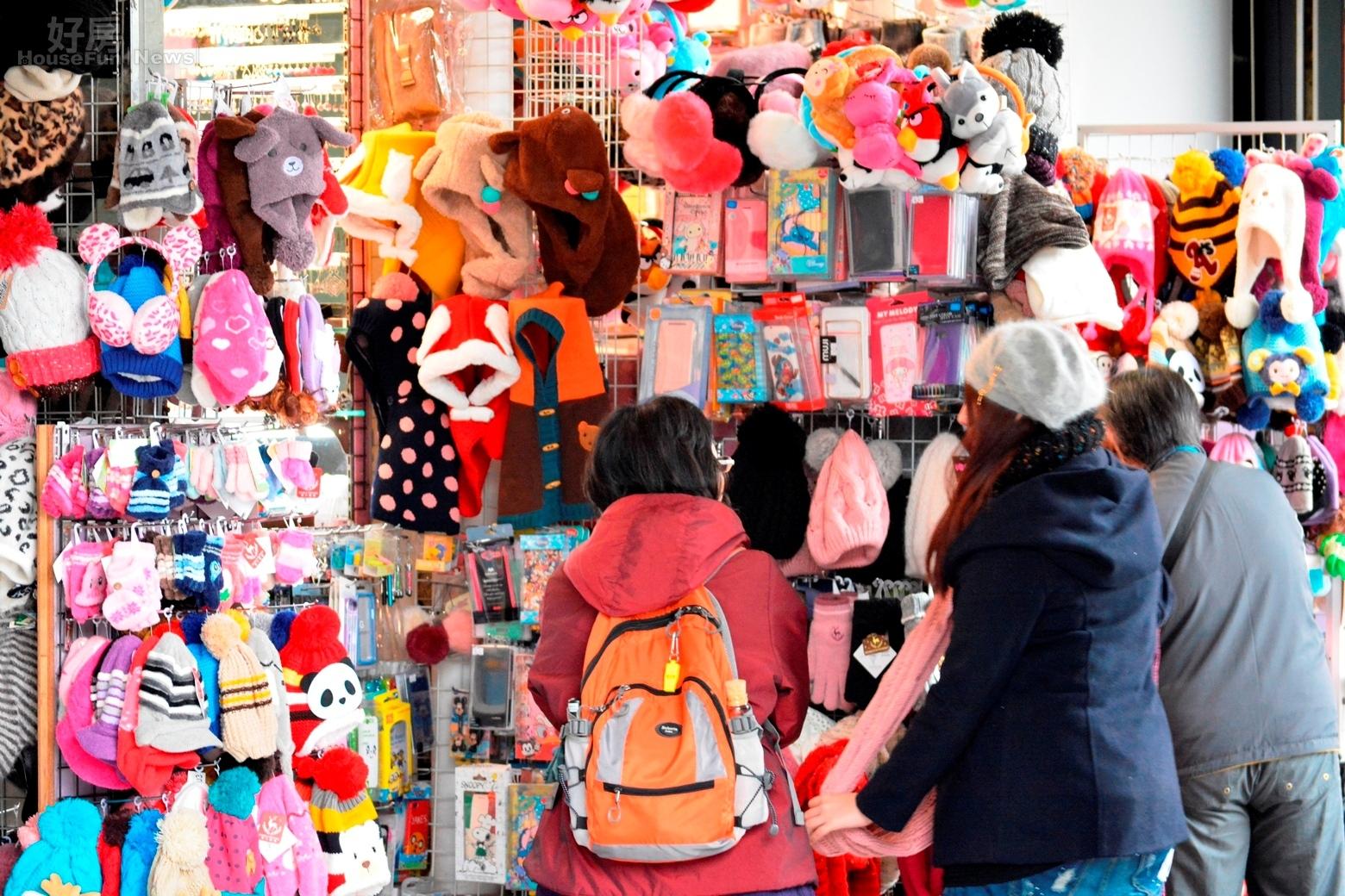冬天情境,天氣轉涼民眾開始挑選保暖衣物與配件,手套、圍巾、毛帽、耳罩。(好房News記者 陳韋帆/攝影)
