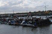 工具簡陋、水汙染 漁民望「黑金」興嘆
