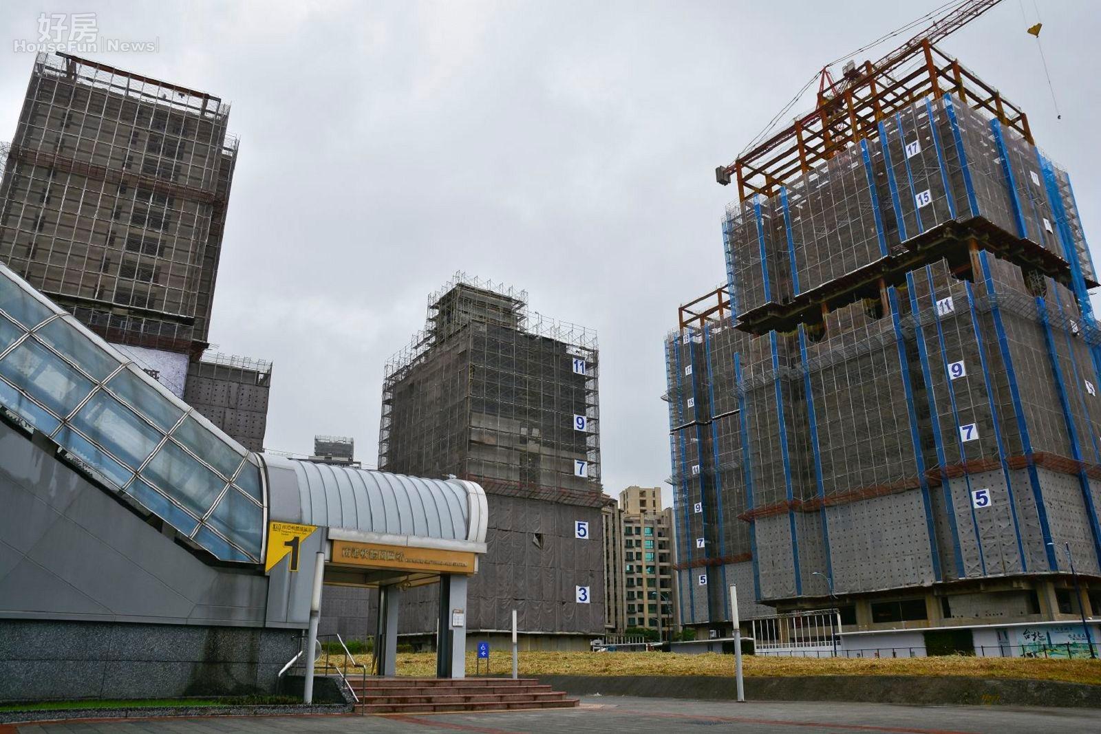 捷運南港軟體園區站,興建中的捷運宅,南港區捷運宅群聚照。(好房News記者 陳韋帆/攝影)