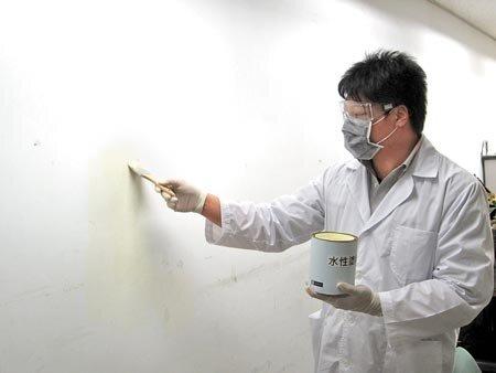 環保局提醒,民眾油漆時應選購水性塗料,並保持環境通風。(陳芃攝)