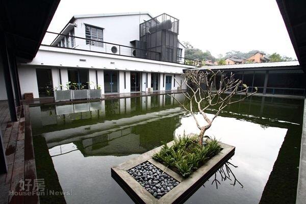 6.新闢的靜水區透著天光,迴廊式設計,讓幽靜池畔成為駐足的焦點。