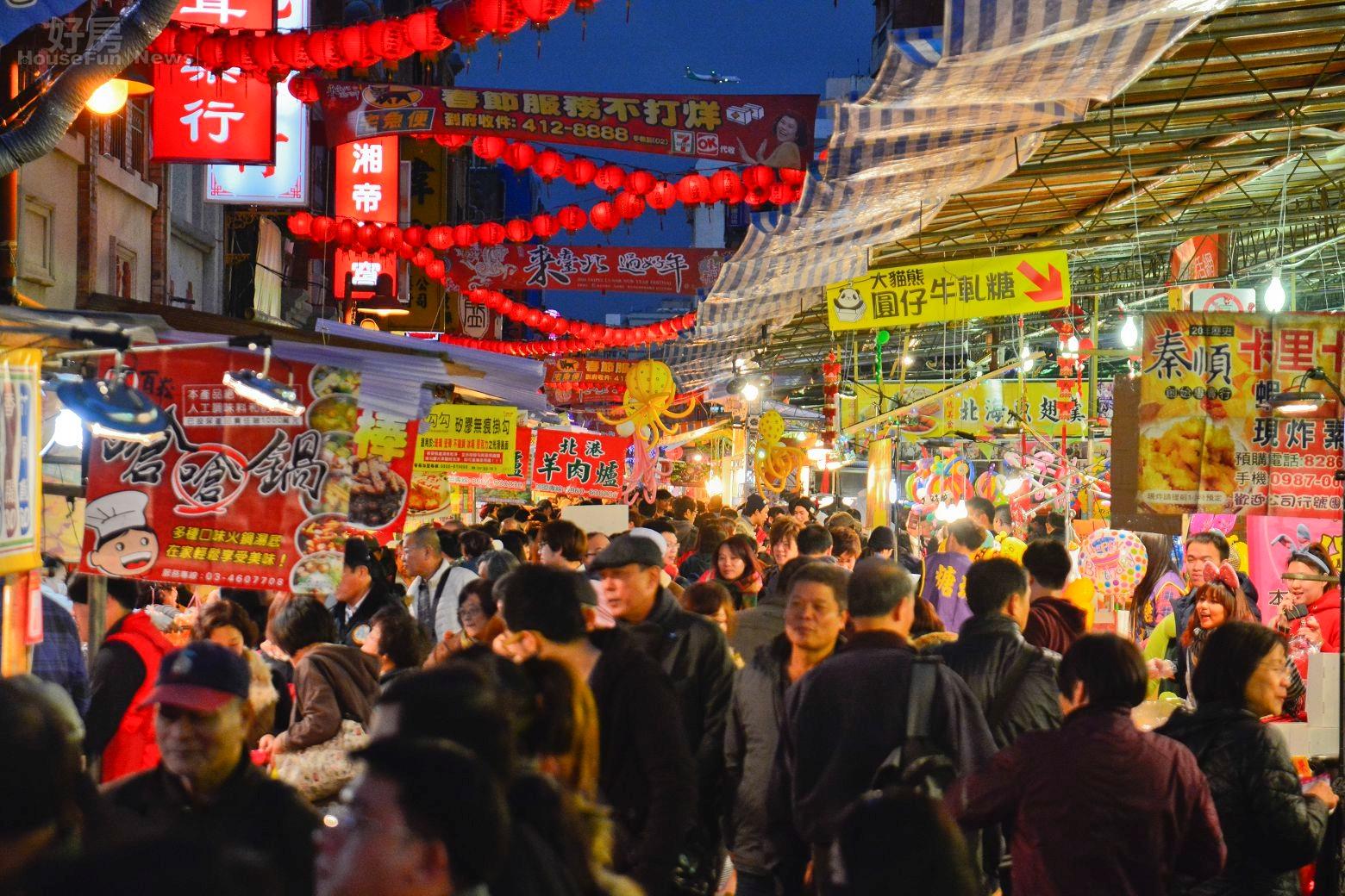 農曆年節將至,人潮將迪化街擠得水洩不通。(好房News記者 陳韋帆/攝影)