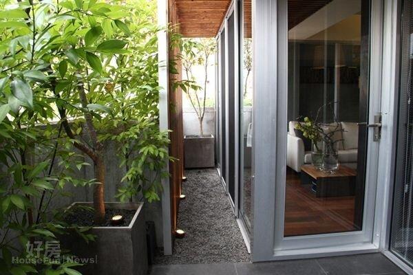 1.陽台往內推,綠意盎然宛如小庭院。
