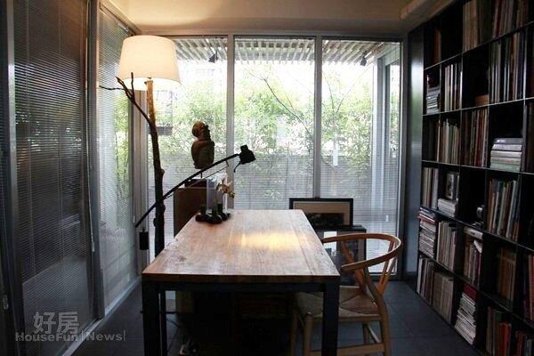 4. 書房沒有做天花板,大片落地窗引進窗外綠意。